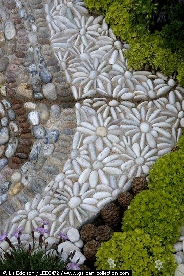 Mosaic detail. Great idea for the little hidden curves and corners.