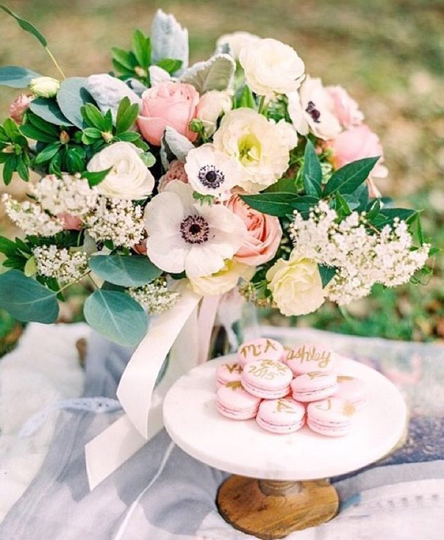 Macarons and blooms. We adore this @blushandvine bouquet. (Photo: @danafernandez...