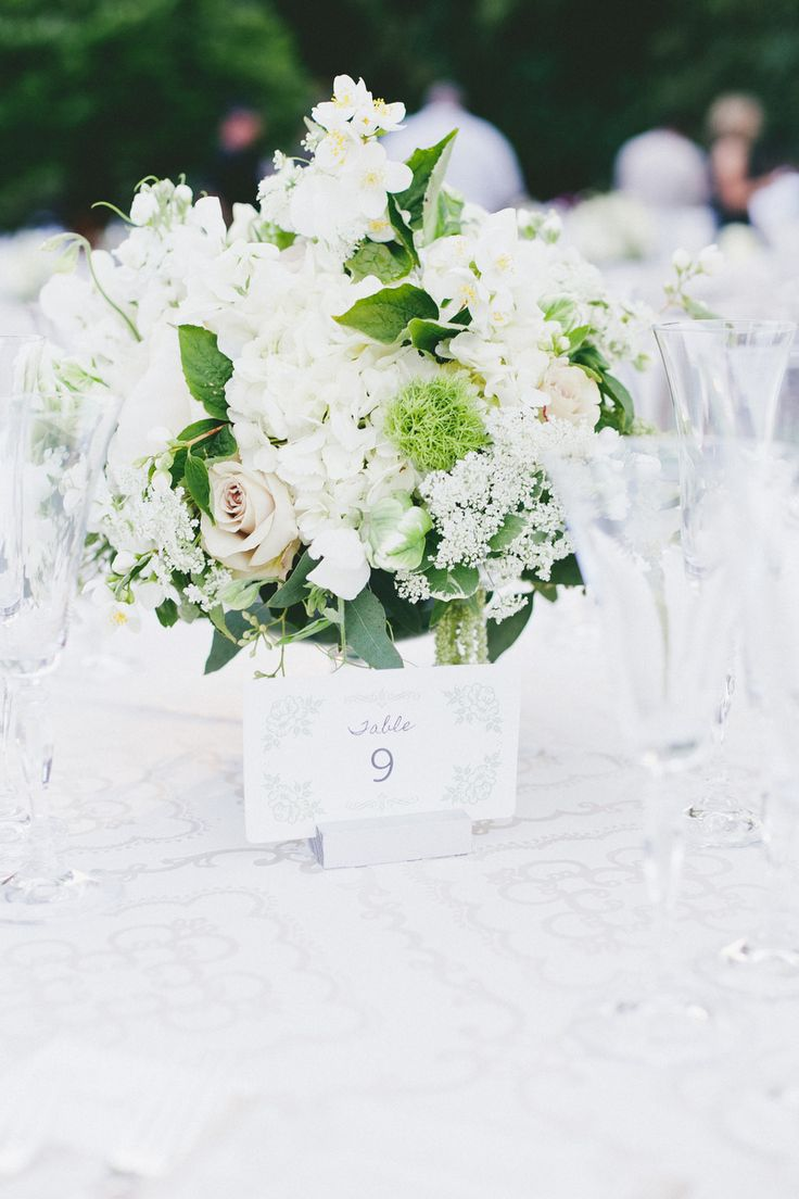 white and completely striking! perfect for any centerpiece #centerpiece #flowers...