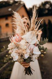 Eine Boho Brautstrauß Inspiration mit Anthurien, Orchideen und Königsprotea